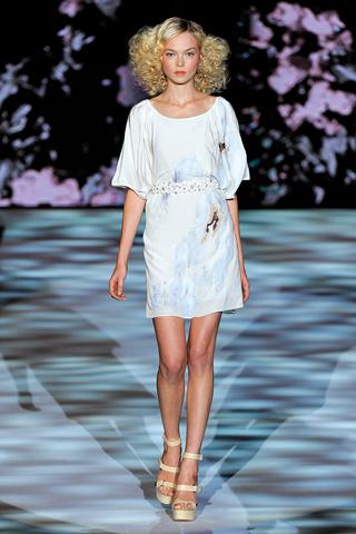 00030m Badgley Mischka: Između stila i trenda