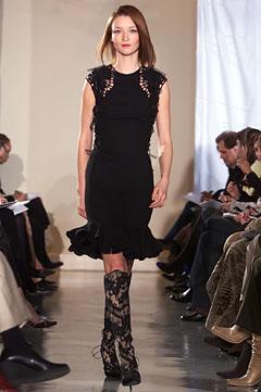 100057906 Badgley Mischka: Između stila i trenda