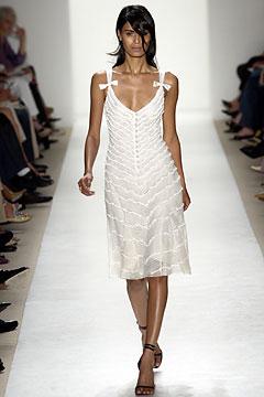100110220 Badgley Mischka: Između stila i trenda