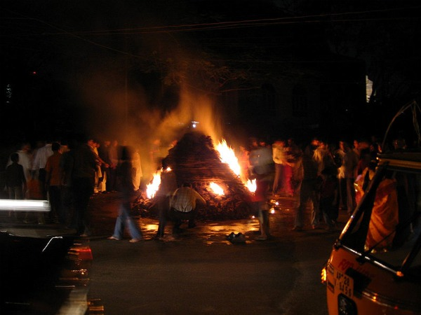 800px holi bonfire Holi   indijski festival boja