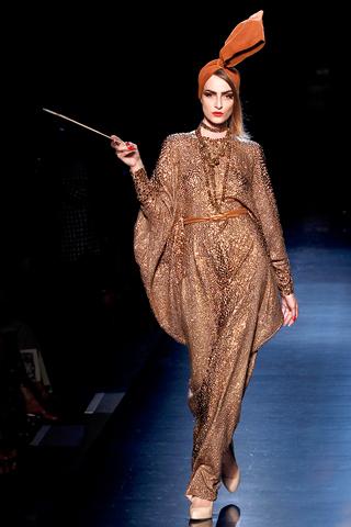 00470m Jean Paul Gaultier Couture kolekcija za jesen/zimu 2010/11.
