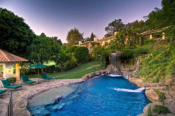 bazen vodopad i lezaljke Kuće poznatih: Mark Valbergova kuća se prodaje