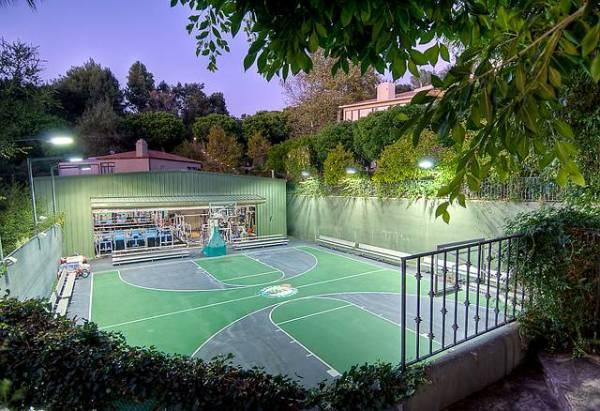 teren za tenis a iza njega je teretana Kuće poznatih: Mark Valbergova kuća se prodaje