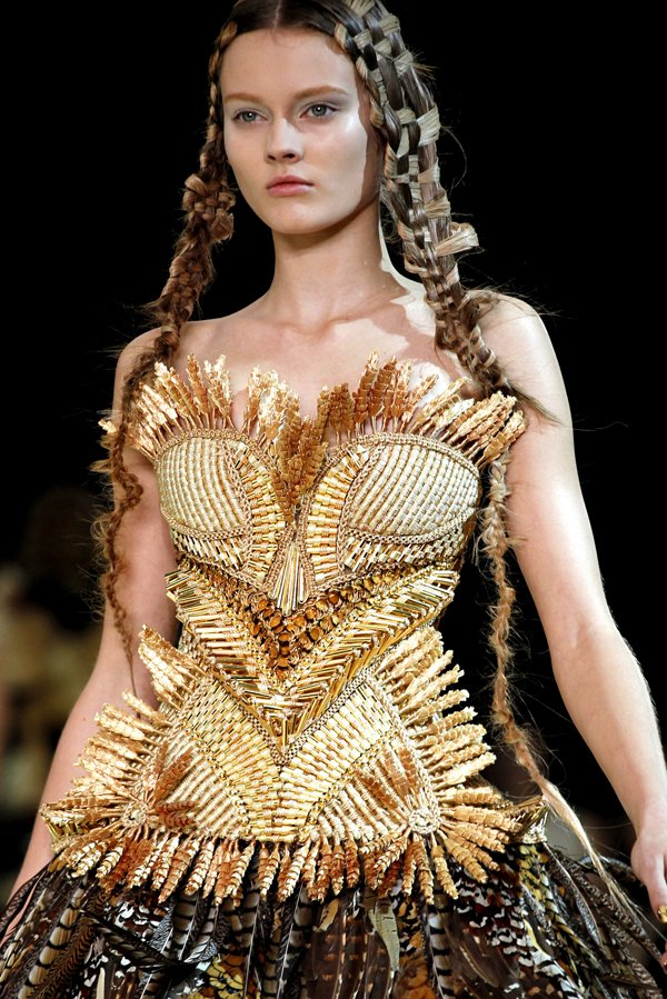 alexander mcqueen ss11 Top 5 najmlađih manekenki koje osvajaju svetske modne piste