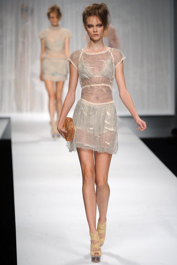 fendi ss10 Top 5 najmlađih manekenki koje osvajaju svetske modne piste