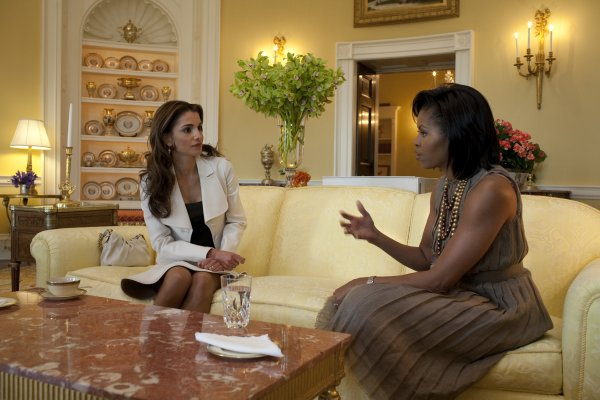 michelle obama  queen rania of jordan in the yellow oval room 4 23 09 Royal Style: Queen Rania of Jordan