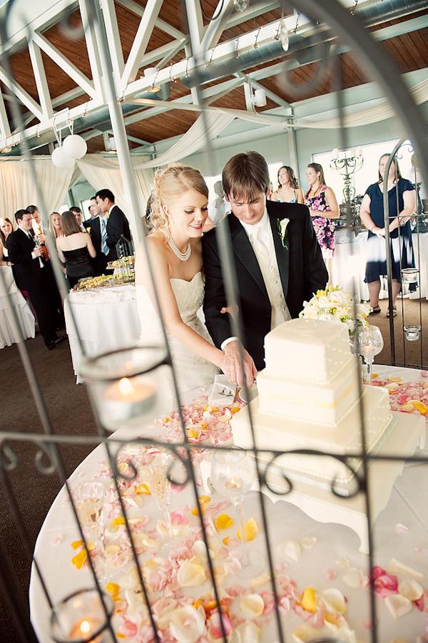 adam nyholt junebug weddings 10 28 2010 139 Svadbena torta