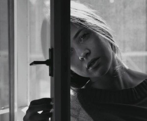 devojka uz prozor Wannabe talenti: Vasilije Vujović