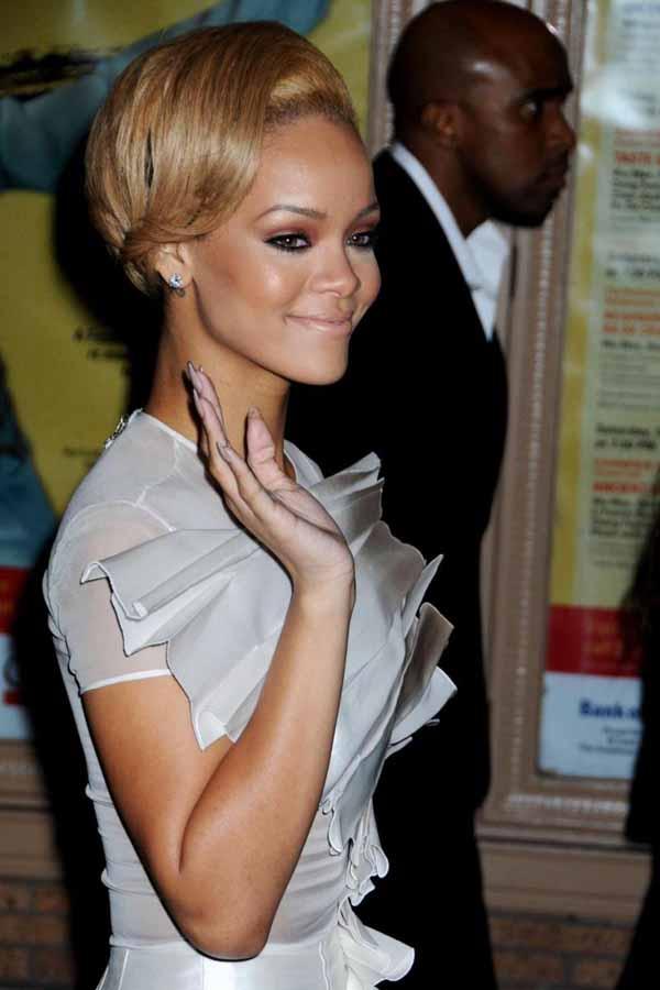 35594pcn glamour04 Zvezdani preobražaji: Rihanna