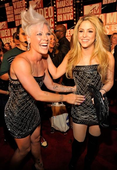 Singers Pink and Shakira in same dress for MTV Video Music Awards Moda – nekad i sad