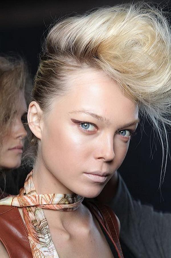 platinasta sa izrastkom Hairstyle 2011: platinasto plava