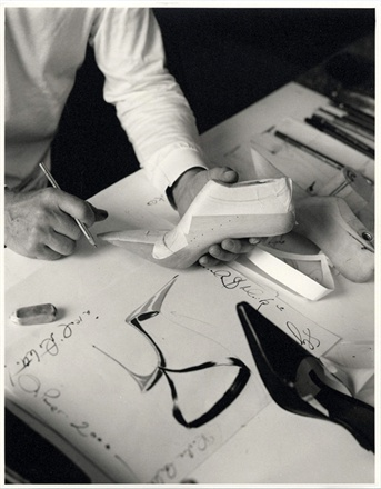 mb photo of drawing and las 265072 0x440 Priča o cipelama
