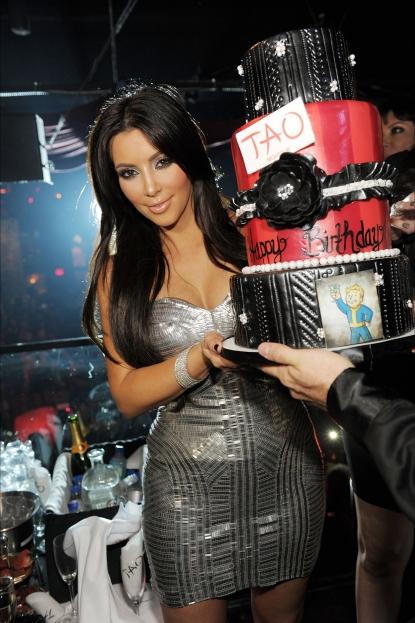 130933 kim kardashian admires her cake at her 30th birthday celebration at tao nightclub in las vegas on oc Najpoznatija mesta za provod na svetu