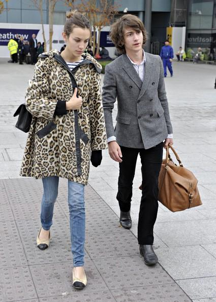 Alex+Turner+Alexa+Chung+Arriving+Heathrow+IA5QdKNzkTPl Frontmeni stila