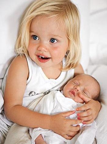 shiloh jolie pitt holding viv thumb Angelina i Bred roditelji po sedmi put?