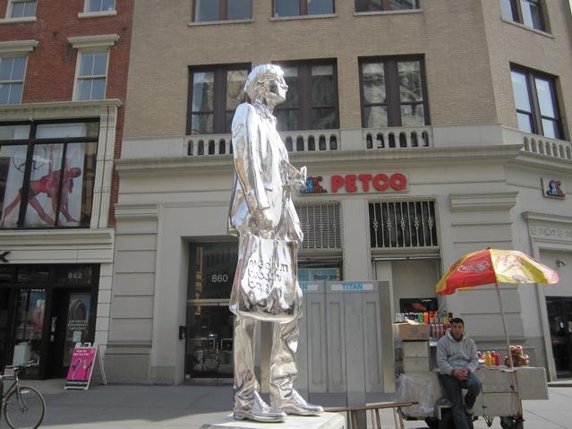 story xlimage 2011 03 R1243 Andy Warhol in Union Square Srebrna statua Andy Warhol a