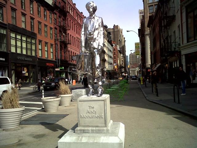 story xlimage 2011 03 R4185 Andy Warhol in Union Square Srebrna statua Andy Warhol a