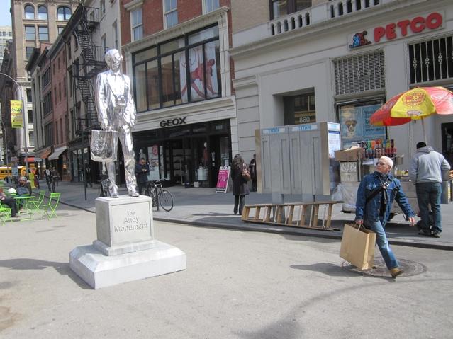 story xlimage 2011 03 R8555 Andy Warhol in Union Square Srebrna statua Andy Warhol a