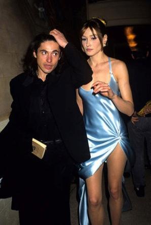 bruni and arno klarsfeld at a 1995 gianni versace show.jpg w250h372 Modna činjenica: Povratak devedesetih