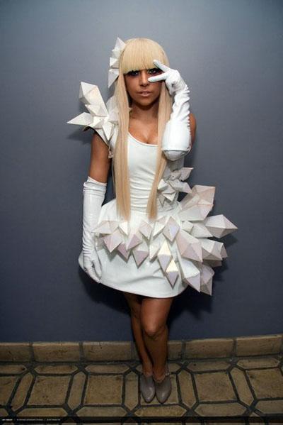 lady gaga white cyber dress1 Kratak osvrt na modu iz ugla jedne atipične srednjoškolke