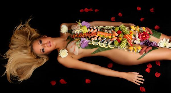 naked sushi girl Japanska kuhinja