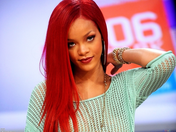 rihanna red hair 1920x1440 Vatra u kosi