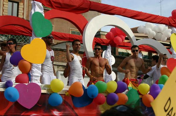 800px Carro Arcigay MI   Gay Pride nazionale di Roma 16 6 2007   Foto Giovanni DallOrto 2 Jedan drugačiji Rim