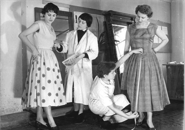 1950s kleiderwerke Poslovna moda za žene kroz decenije