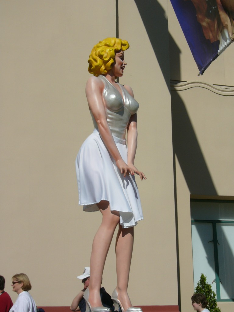 Statue of Marilyn Monroe at The Womens Museum in Dallas Texas 768x1024 Marilyn Monroe – seks simbol 20. veka