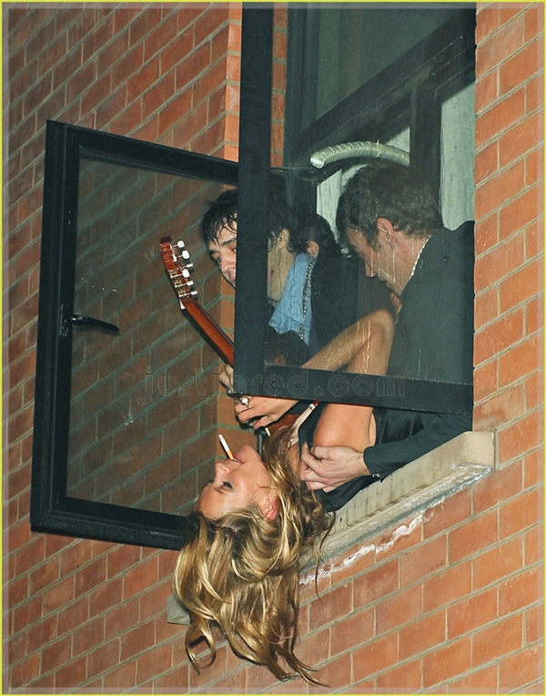kate moss hanging out window 01 Poslednji romantičar rokenrola: Peter Doherty