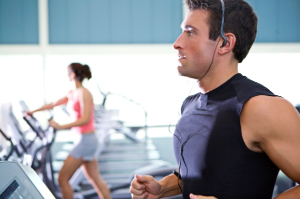 man running with head phones Muzika, najbolja motivacija za trening