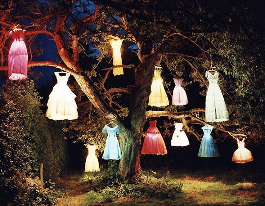 tim walker dresses hanging from trees with lights Odeća je ogledalo duše