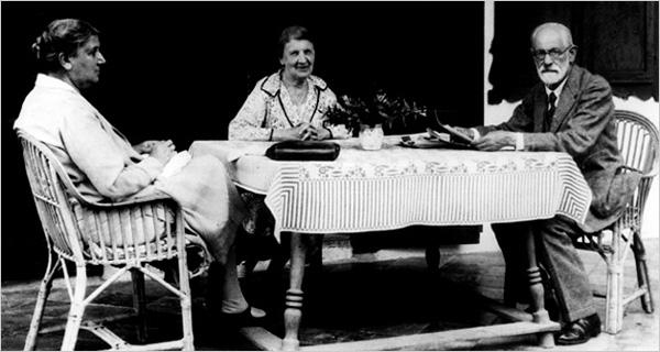 Frojd sa suprugom Martom Frojd Martha Bernays Freud centar i sa sestrom Minom Bernajz Minna Bernays levo. Godina 1929. Ljudi koji su pomerali granice: Sigmund Frojd