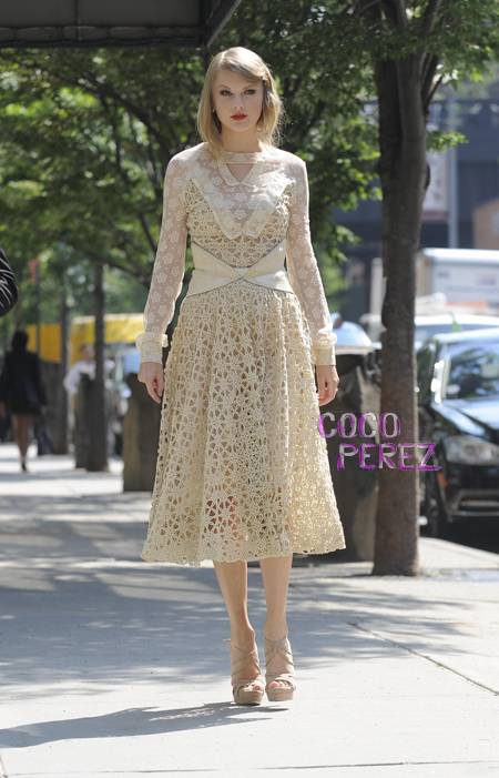 taylor swift in rodarte new york fashion week spring 2012 1  oPt Fashion police is back!