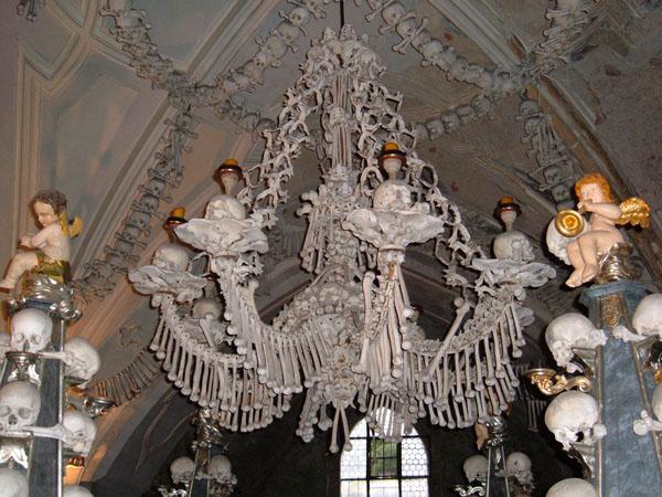 Sedlec Ossuary chandelier Još lepša (ili jezivija) Češka   Kutna Hora