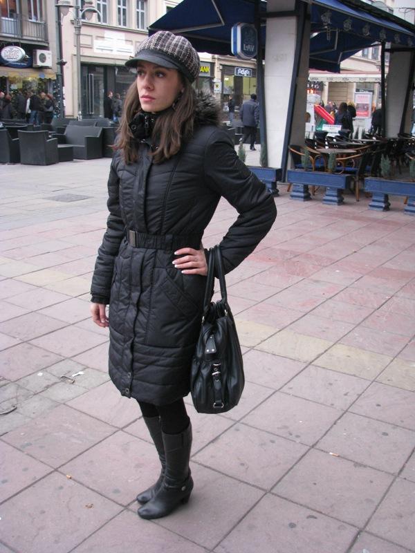 Crnu elegantniju dnevnu varijantu možete razbiti detaljem u boji kao sto je kapa. Street Style: Moda i Niš