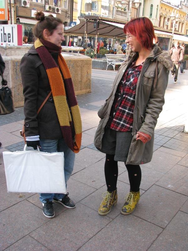 Kreativnost u bojama i detaljima. Šal i vrlo zanimljive čizmice. Street Style: Moda i Niš