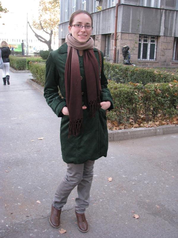 Lepo uklopljena klasična dnevna jesenja kombinacija Street Style: Moda i Niš