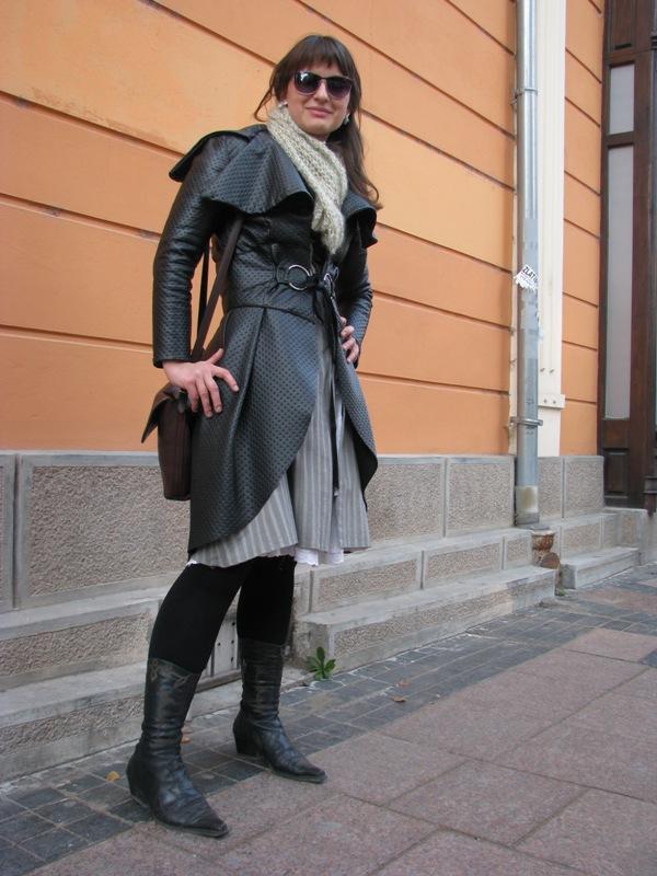 Neobična forma ovog mantila ne može vas ostaviti ravnodušnim Street Style: Moda i Niš