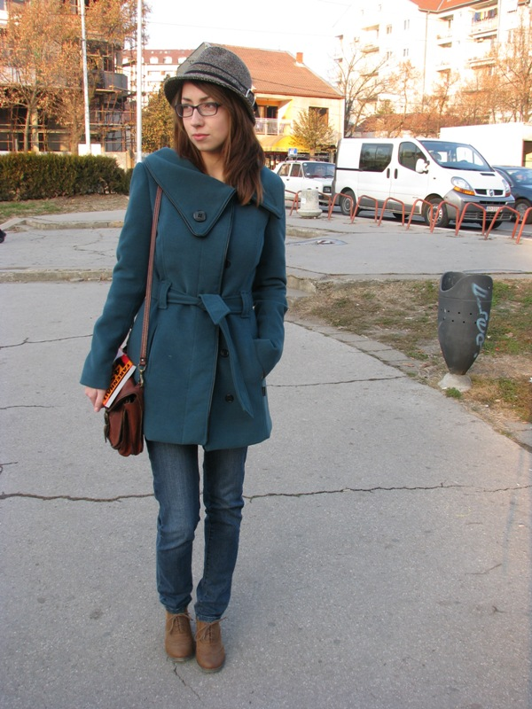 Odličan dnevni outfit naglasak na vintage šeširu i torbici. Street Style: Moda i Niš