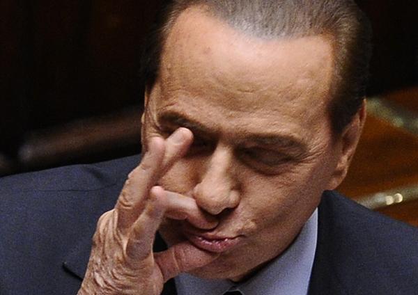 Silvio Berlusconi gestikulira u parlamentu Stil moćnih ljudi: Nit' manjeg čoveka, nit' veće dreke