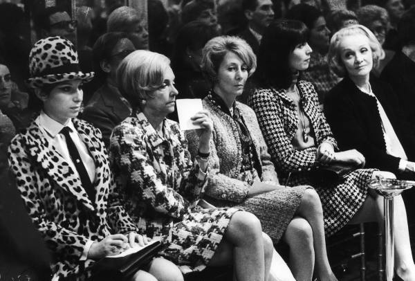 barbra streisand and others marlene dietrich elsa martinelli wearing chanel suits at chanel fashion show 1967 Odelo: Simbol moći