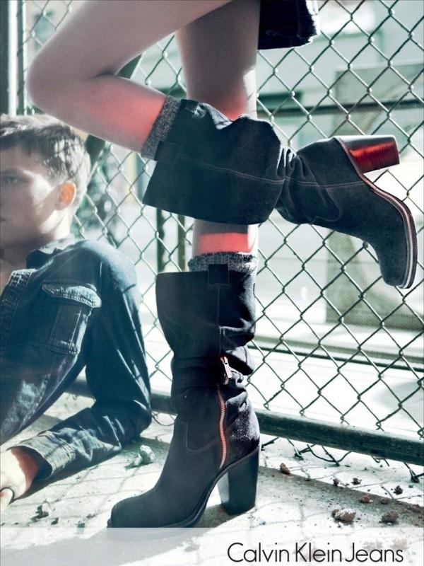 Čizme i vunene čarapice koje izviru Calvin Klein: Džins i detalji