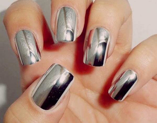 2metalik nokti sijajte uz pomoc njih Novogodišnja groznica: Nokti u centru pažnje