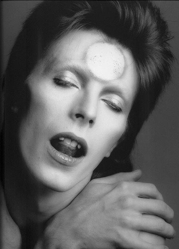Dejvid Bouvi kao Ziggy Stardust Stil moćnih ljudi: David Bowie, više od ljudskog bića