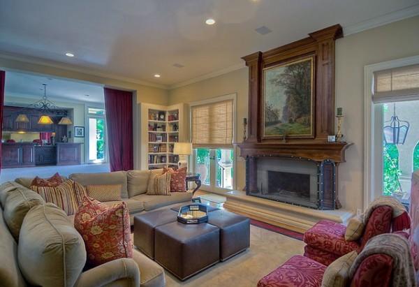 Dnevna soba je u krem boji sa crvenim jastucima koji se savršeno uklapaju i daju osećaj opuštenosti i udobnosti Kuće poznatih: Mark Valbergova kuća se prodaje