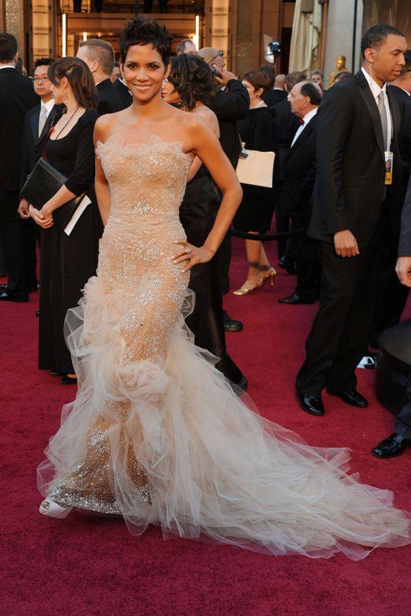 Halle Berry arrives at the 83rd Annual Academy Awards 02 Haljine koje su obeležile 2011. godinu (2. deo)