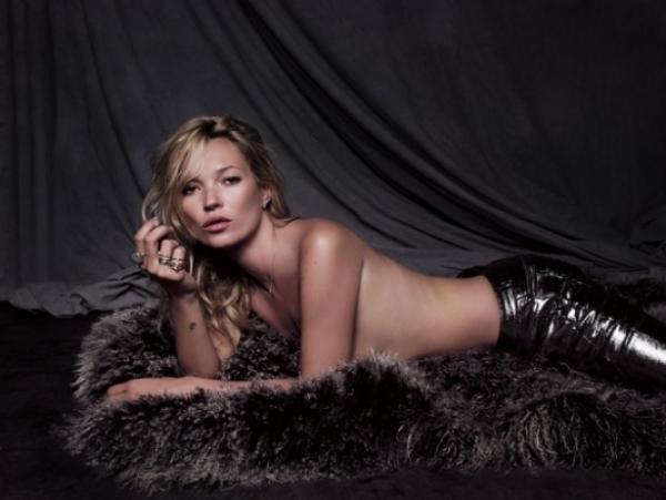 Merlin kaze da na golo telo ide samo parfem a Kejt kaze da ide prstenje Kate Moss u Fred Jewelry kampanji
