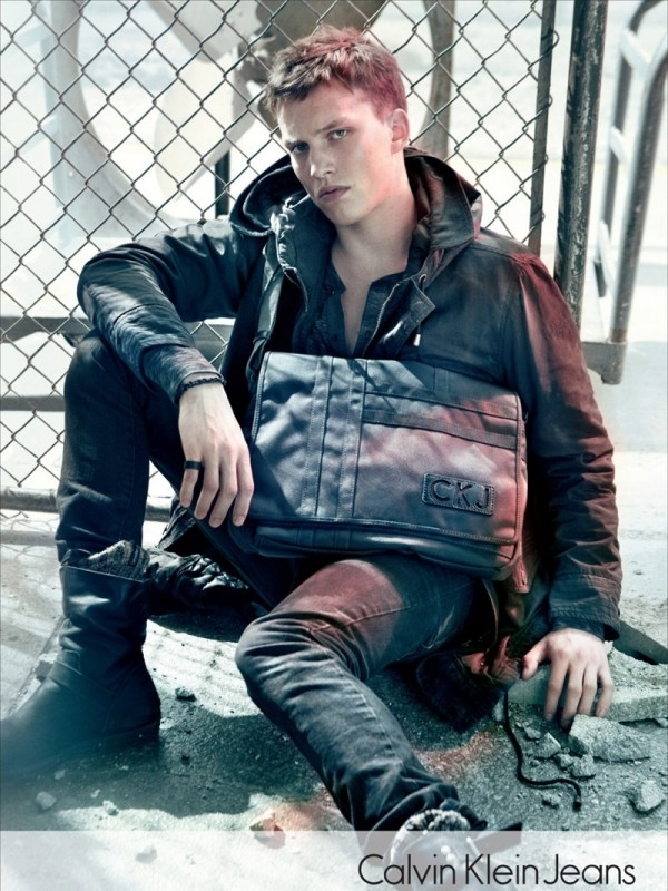 Neka vaš dečko bude u trendu torba kao novogodišnji poklon Calvin Klein: Džins i detalji