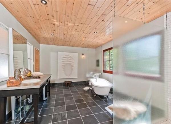 12.Prostrano kupatilo sa kadom i tus kabinom Vikendica Halle Berry: Vaša je za milion dolara